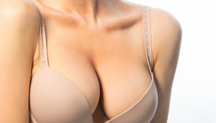 Revistas de nata de aumento em um peito de pupa